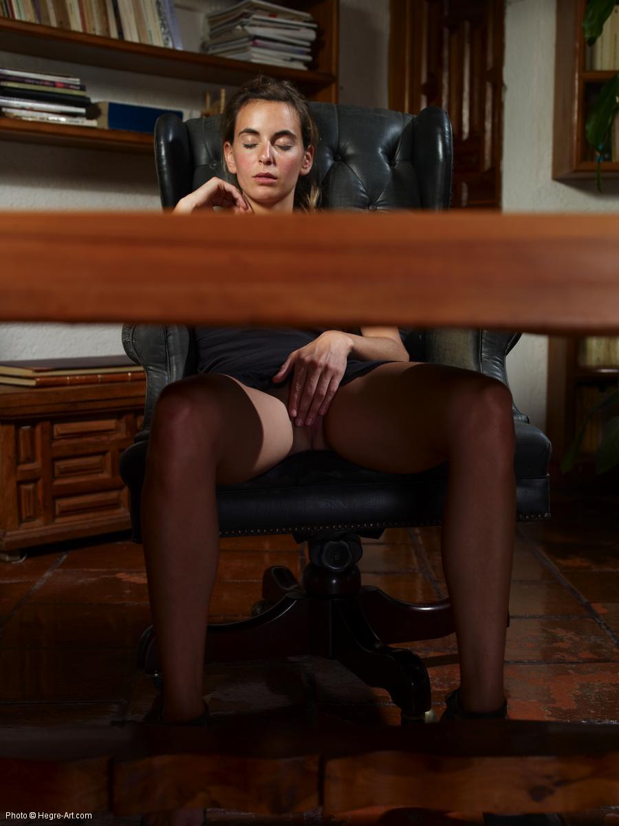 Блондиночка мастурбирует в офисе