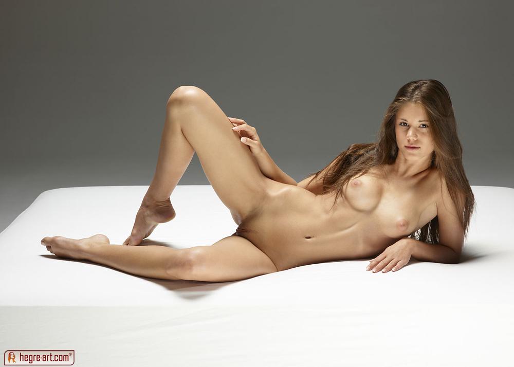 Фото голых девушек лежа