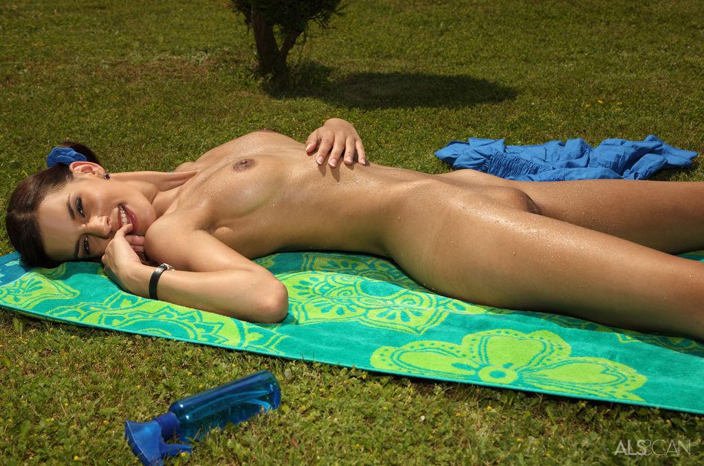 nude pubi mound babe