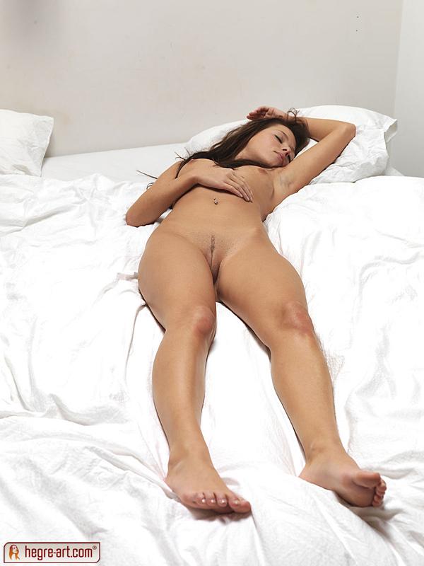 nackte-maedchen-auf-weissen-lakenbildern-mollige-weibliche-modelstures
