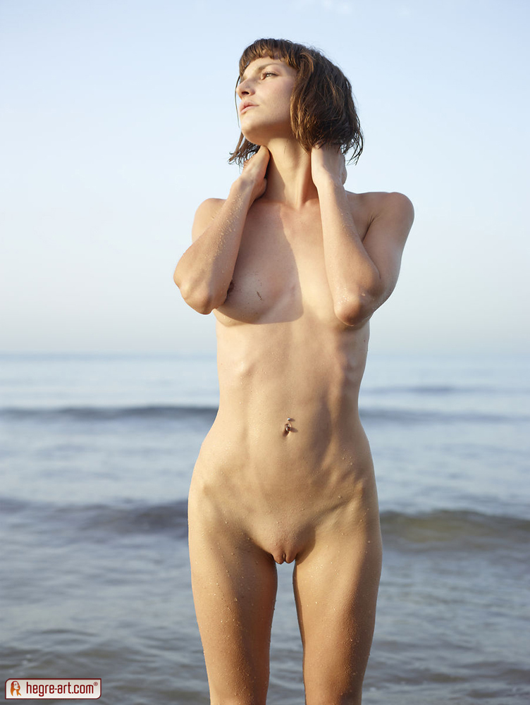 Худенькие голые бабы показывают интимные места