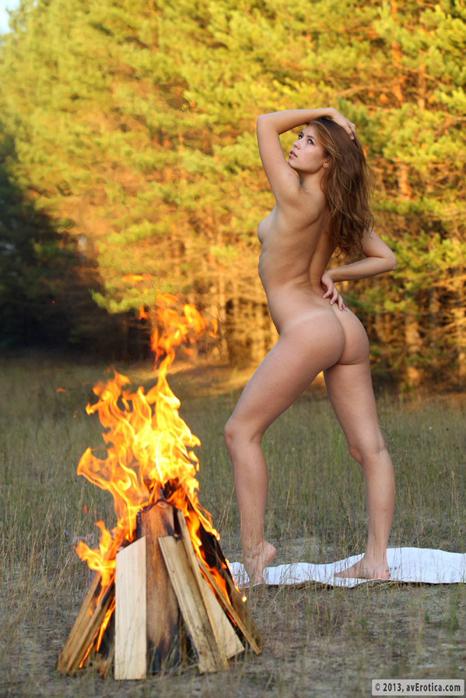Can campfire nude sitting around something