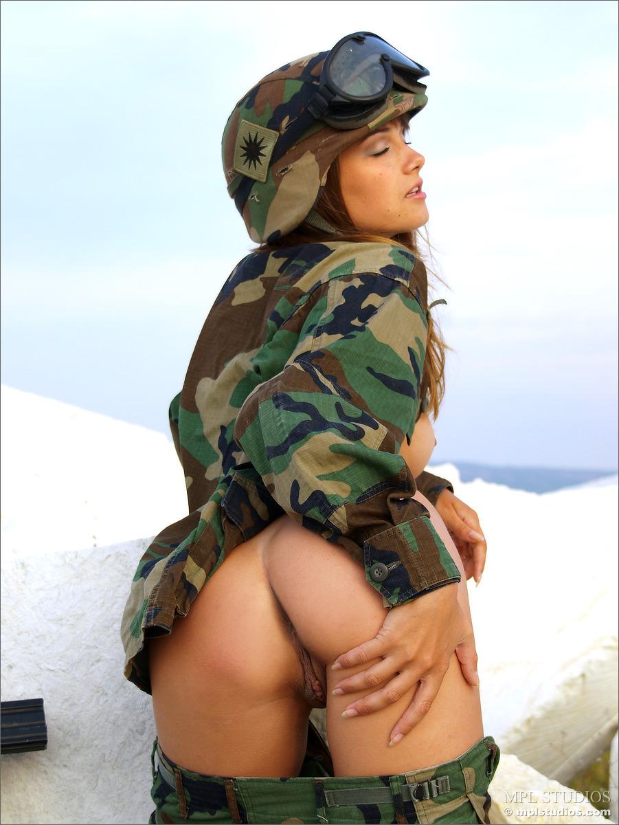 Трах с телкой в военной форме не раздеваясь онлайн студенческий секс