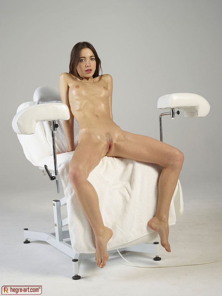 фото голых девушек и женщин в кресле
