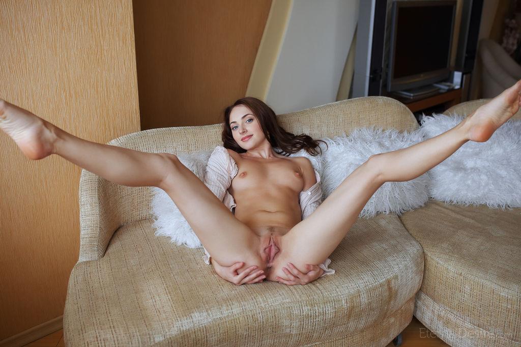смотреть фото голая раздвинула ноги