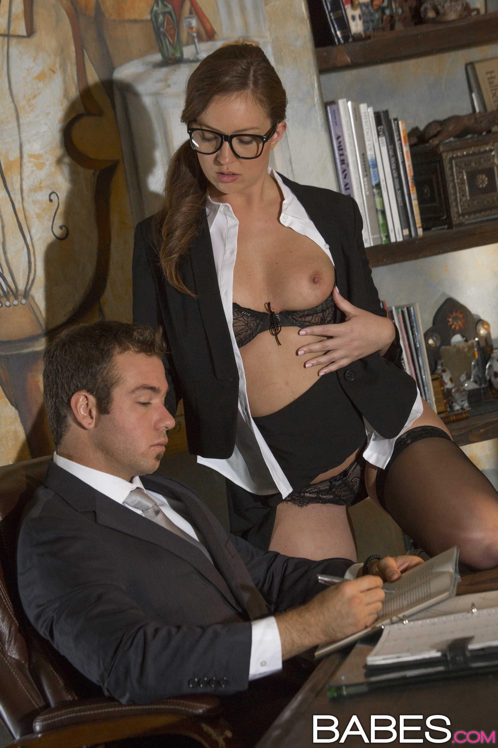Сексуальная секретарша в чулках соблазнила босса 8