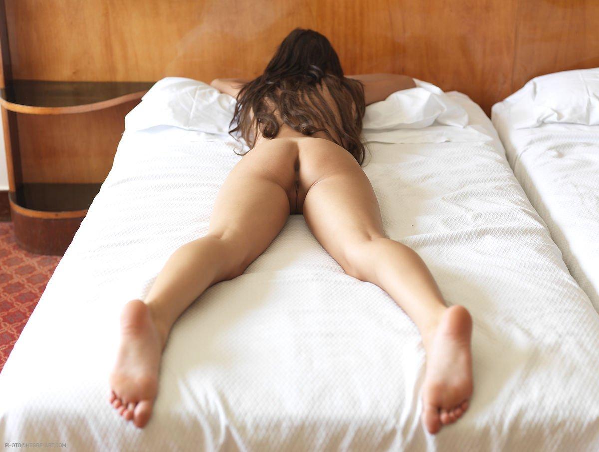 порно лежа в попку фото