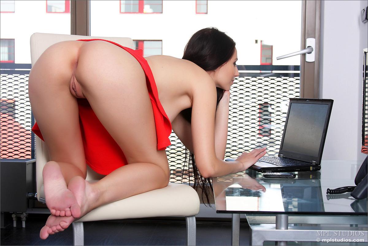 mini-yubki-v-ofise-porno-foto